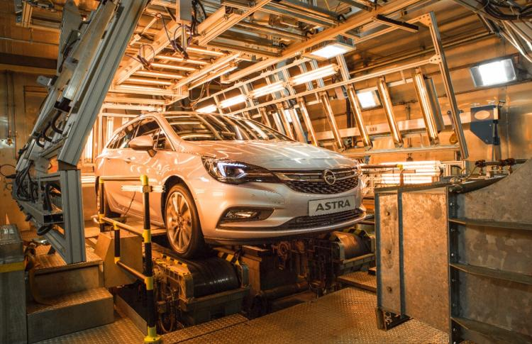 Hot and Cold: New Opel Astra Sports Tourer in Climatic Test Chamber